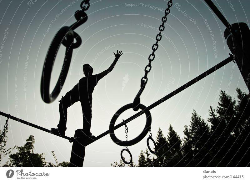 circus frood Himmel Mann Natur Jugendliche Hand Baum Freude schwarz Wald Spielen Freiheit Bewegung Glück Zufriedenheit Rücken frei