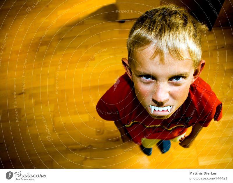 Vampir Mensch Kind rot Gesicht Junge Haare & Frisuren klein lustig blond Kindheit T-Shirt Zähne Wut 8-13 Jahre Humor Porträt