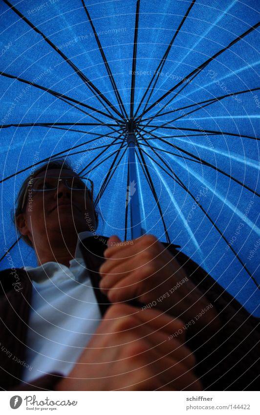 ...und der Himmel war doch blau! Frau Hand blau Regen Beleuchtung Wetter nass T-Shirt Brille Regenschirm festhalten Sonnenschirm Gewitter feucht Blauer Himmel strahlend