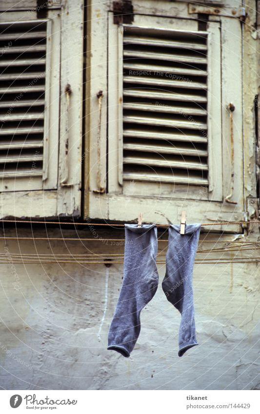 auslüften Strümpfe blau Wäsche Wäscheleine Fensterladen Holz verfallen alt Fassade Farbstoff Verfall Wolle Haushalt Detailaufnahme Bekleidung rau