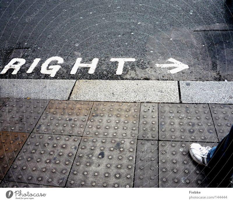 look right alt weiß Stadt schwarz Straße Arbeit & Erwerbstätigkeit grau Fuß Wege & Pfade Schuhe warten gehen Straßenverkehr Suche Schilder & Markierungen