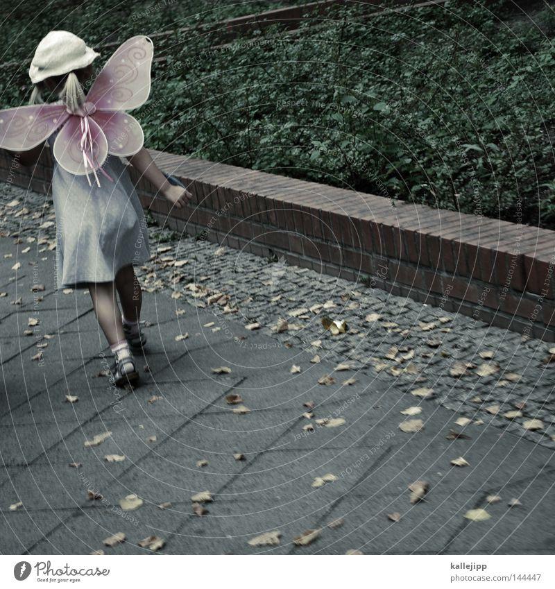 ausflug Schulunterricht Mädchen Kind gehen laufen Maske Karnevalskostüm Engel Schutzengel Angelrute Laufsport Schmetterling fliegen Hut Sommer Blatt Spielen