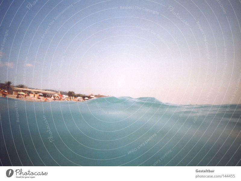 Haifischperspektive Erholung Tourismus Sommer Sonne Sonnenbad Strand Meer Wellen Sand Wasser Wärme Stein genießen heiß braun Romantik Italien Wellengang Tourist