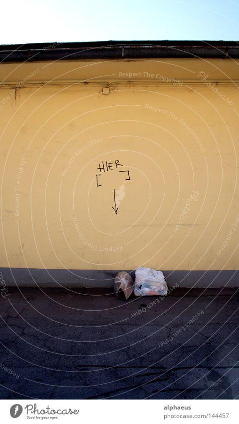 Hier das Leben einfügen gelb Wand Graffiti Mauer leer Dach Müll Bundesland Kärnten trashig Spray Wandmalereien Vandalismus Aufschrift Klagenfurt am Wörthersee