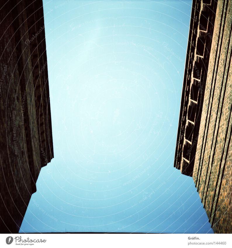 Speicherstadt Vorschau Himmel alt blau Sommer Haus hell Dach Dekoration & Verzierung Backstein Denkmal historisch Wahrzeichen Symmetrie Dachboden Mittelformat