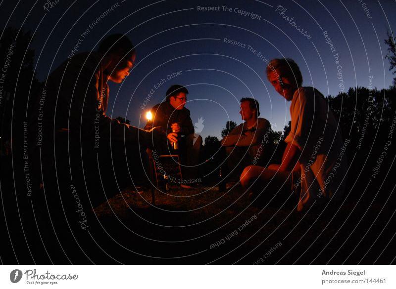 Abendprogramm [La Chamandu] Mensch Mann Freude sprechen Menschengruppe Feuer sitzen Kommunizieren Freundlichkeit Gesellschaft (Soziologie) gemütlich Verabredung Abenddämmerung hocken Feuerstelle Fackel
