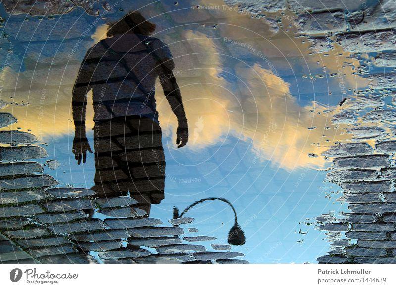 Wassermann Mensch Himmel Mann Stadt Sommer Einsamkeit Wolken Erwachsene Umwelt Straße Bewegung gehen maskulin Erde Körper