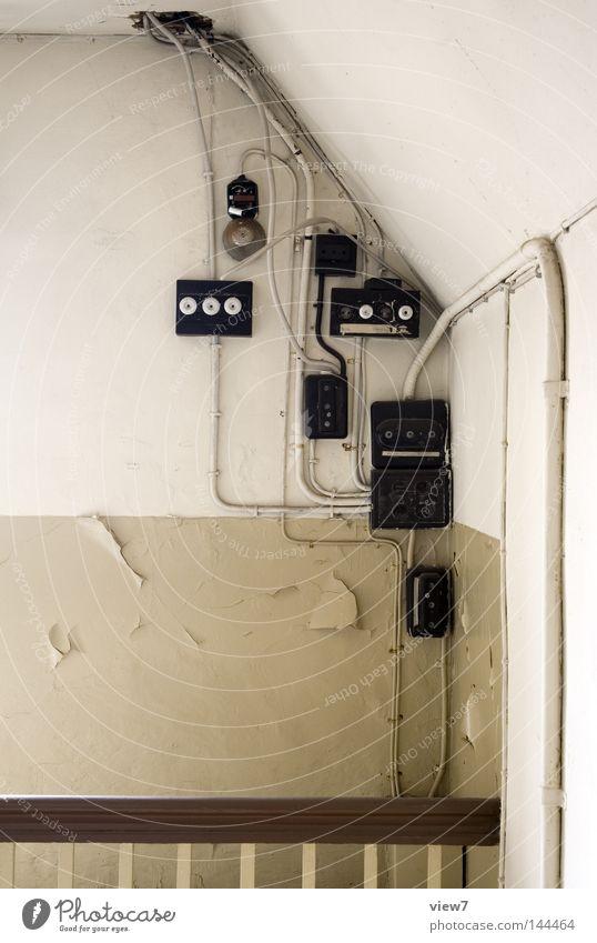 Installation alt Einsamkeit Wand Freiheit Holz Energie modern Energiewirtschaft Elektrizität Kabel Ecke Sicherheit Technik & Technologie Handwerker verfallen Geländer