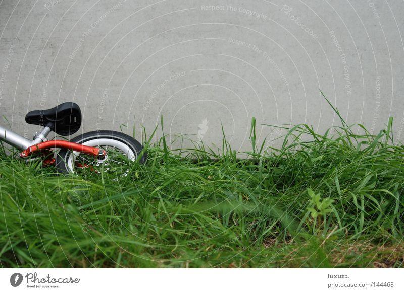 Laufrad Laufrad Spielen Traurigkeit Fahrrad Beton Ausflug Trauer fahren Freizeit & Hobby Kindheit Müdigkeit Mobilität Verkehrswege ökologisch Erschöpfung