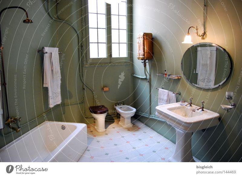 Guten Morgen! Farbfoto Innenaufnahme Menschenleer Kunstlicht Sonne Möbel Spiegel Badewanne Fenster Häusliches Leben Waschbecken Bidet Toilette Haushalt