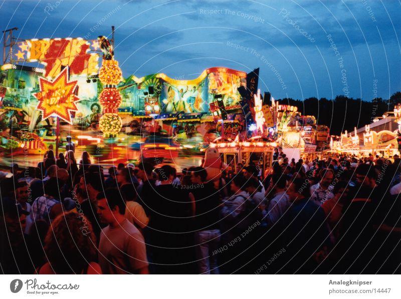 Zuckerwatteschleuder Jahrmarkt Fahrgeschäfte Sommer mehrfarbig Freizeit & Hobby Menschengruppe Abend