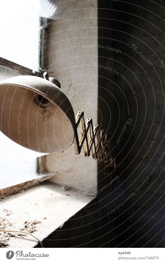 Beleuchtungsgretsche (2) Lampe Licht hell Fenster Fensterbrett verfallen Grunge retro Werkstatt Wand Mauer Öffnung Staub desolat Gebäude Haus Raum Arbeitsplatz