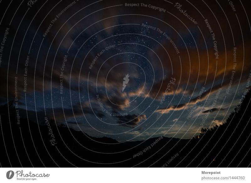 Ein Nachthorizont mit Sternen und Wolken. Landschaft Horizont Nachtaufnahme Nachthimmel Nachtfotografie Wolkenhimmel Wolkenlandschaft Sternenhimmel Weitwinkel