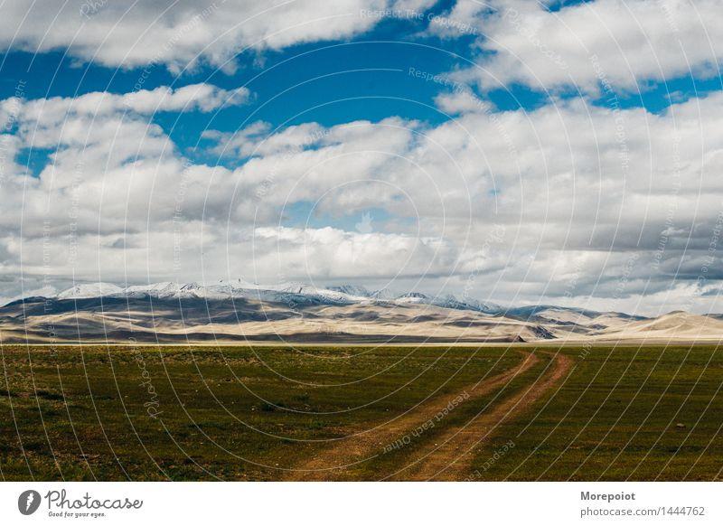 das Feld vor den Hügeln Hügelseite Hügelige Landschaft Nomade Altai Natur grün Gras Sommer blau Blauer Himmel Wolken Berge im Freien reisen Umwelt malerisch