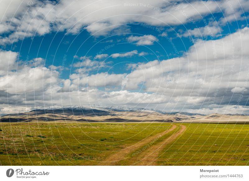 die Landstraße zu den Hügeln Feld Hügelseite Hügelige Landschaft Nomade Altai Natur grün Gras Sommer blau Blauer Himmel Wolken Berge im Freien reisen Umwelt