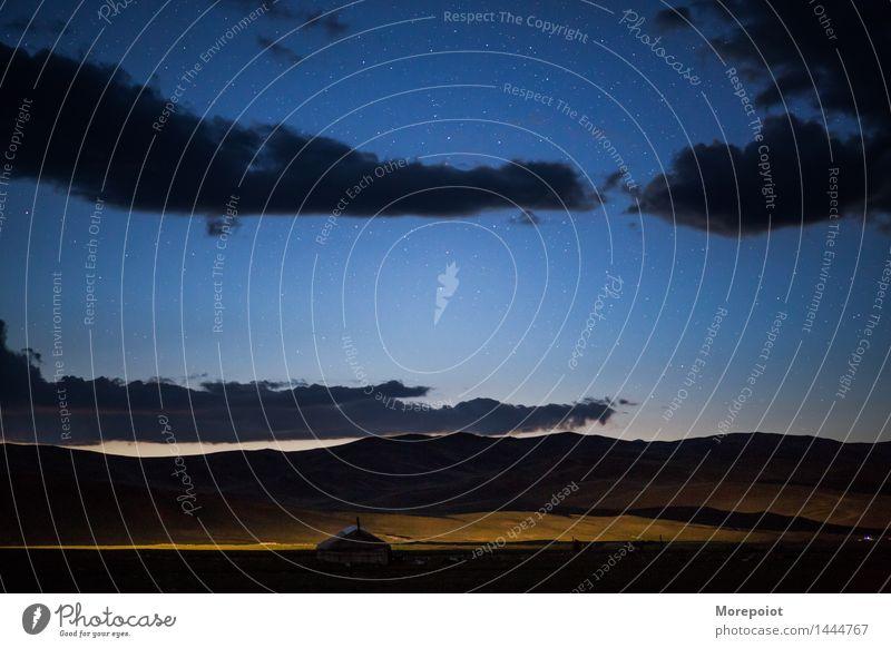 Jurte auf dem Feld in der Nacht Altai Nachthimmel Nomadenzelt Nomadenleben Stern Wolken Nachtaufnahme Außenaufnahme Farbfoto Natur Hügel Horizont Berge Licht