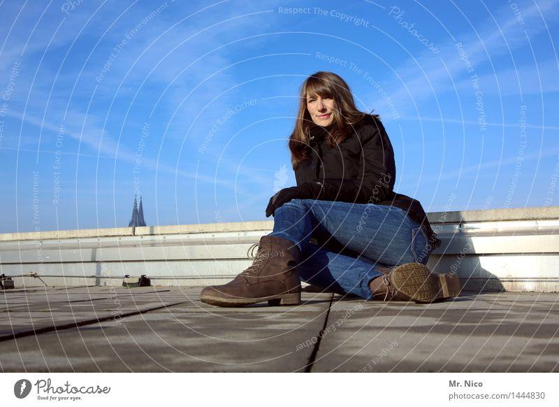 über den dächern von köln Lifestyle feminin Frau Erwachsene Leben Himmel Schönes Wetter Stadt Gebäude Dach Wahrzeichen Mode Jeanshose Handschuhe Schuhe Stiefel