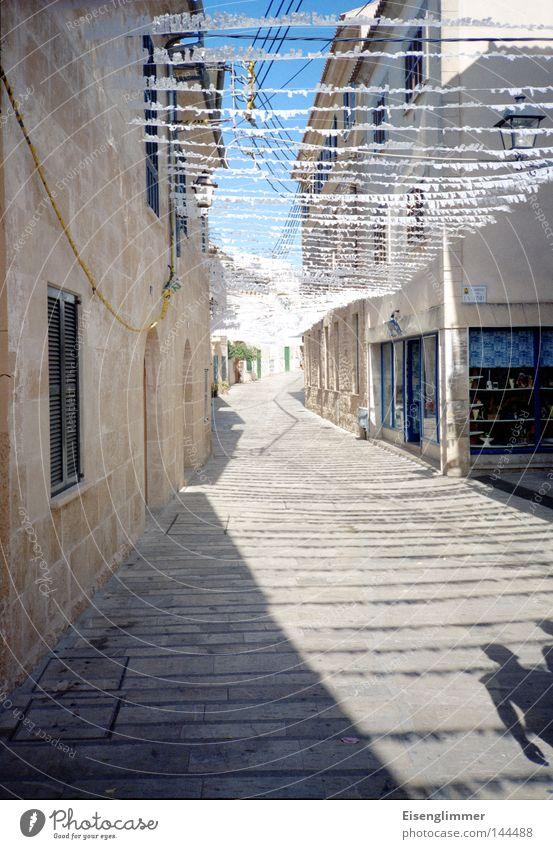 Siesta Erholung Sommer Haus Mensch Mann Erwachsene Himmel Wärme Bauwerk Architektur Wege & Pfade schwarz Spanien Europa Mittelmeer Mallorca Reisefotografie