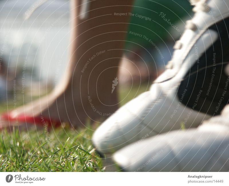 Sportfuß Schuhe Turnschuh Flipflops Gras Sommer Makroaufnahme Nahaufnahme Fuß Beine Sonne