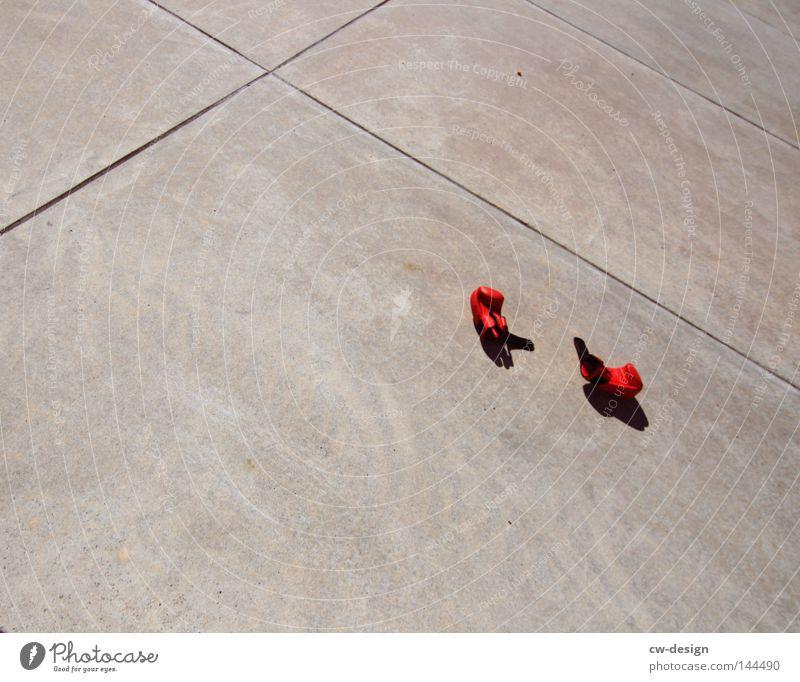 URBAN GAMES pt.III rot schwarz Spielen grau Freizeit & Hobby dreckig Beton Ordnung liegen trist Niveau Müll Lautsprecher Parkplatz Symmetrie flach