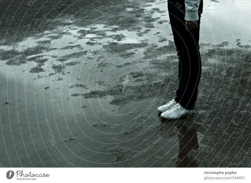 no sports Frau grau Sand Beine Regen Schuhe dreckig warten nass stehen trist Jeanshose einzeln Regenwasser Pfütze schlechtes Wetter