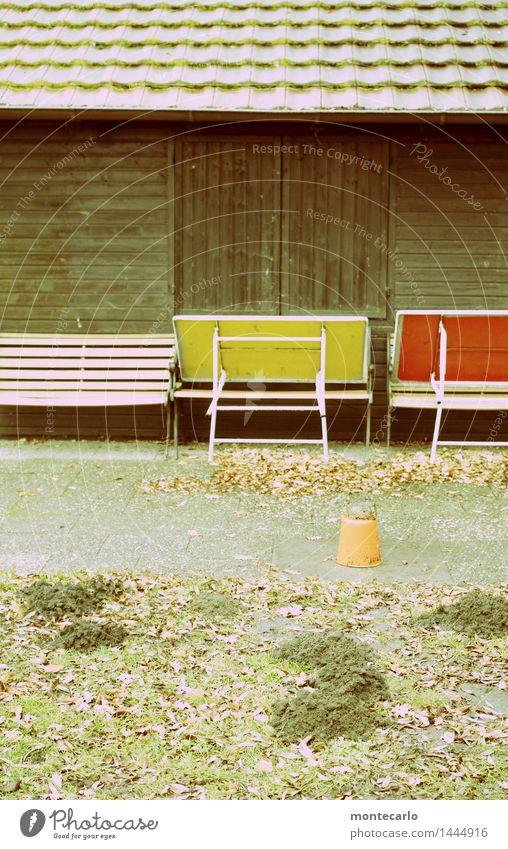 feierabend Umwelt Natur Erde Herbst Baum Sträucher Grünpflanze Wildpflanze Mauer Wand Fenster Dach Dachrinne Dachziegel Tisch Sitzgelegenheit Bank Stein Sand