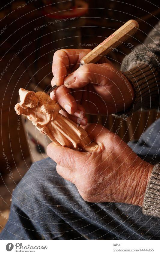 Holzschnitzer Handwerker Arbeitsplatz Männlicher Senior Mann Finger 60 und älter Kunst Künstler Arbeit & Erwerbstätigkeit Schnitzereien Weihnachtskrippe advent