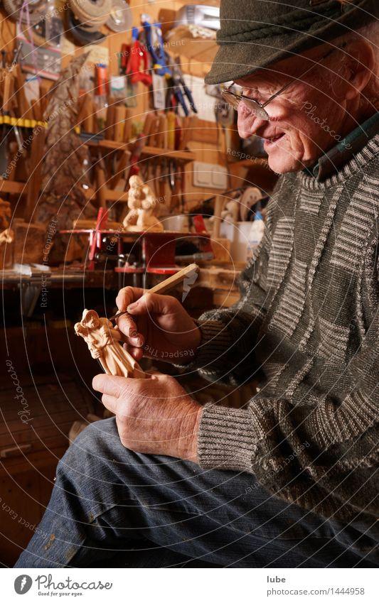 Holzschnitzer 2 Freizeit & Hobby Männlicher Senior Mann Großvater 1 Mensch 60 und älter Kunst Künstler Arbeit & Erwerbstätigkeit Leidenschaft Schnitzereien