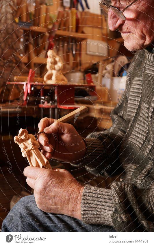 Schnitzereien Arbeit & Erwerbstätigkeit Handwerker Werkzeug maskulin Großvater Senior 1 Mensch 60 und älter Holz Zufriedenheit schnitzmesser Anti-Weihnachten
