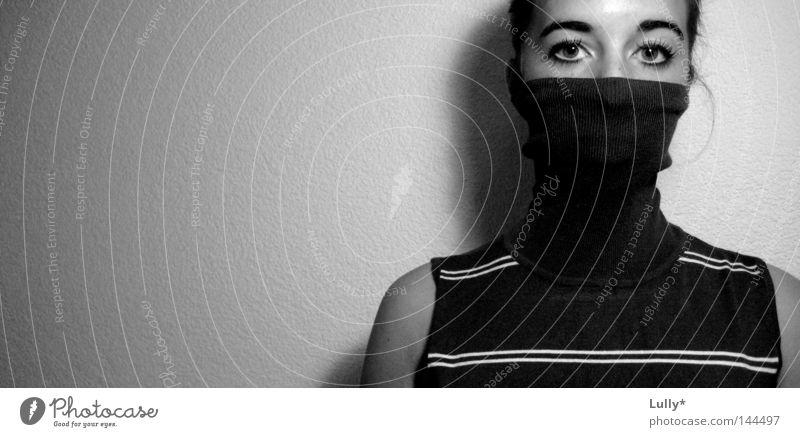 Lügen verrät man mit den Augen weiß ruhig schwarz Frieden einfach Streifen verstecken Pullover Schwarzweißfoto Bekleidung friedlich verborgen vermummt ratlos