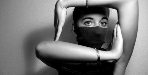 Alles im Kasten Arme Auge schwarz weiß Porträt verborgen Schatten Quadrat Rechteck Schwarzweißfoto
