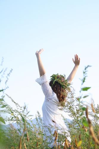 Wiesenkönigin letzteres Natur Jugendliche schön Sommer Junge Frau Freude Mädchen Gefühle Bewegung natürlich Gras feminin Lifestyle Glück frisch frei
