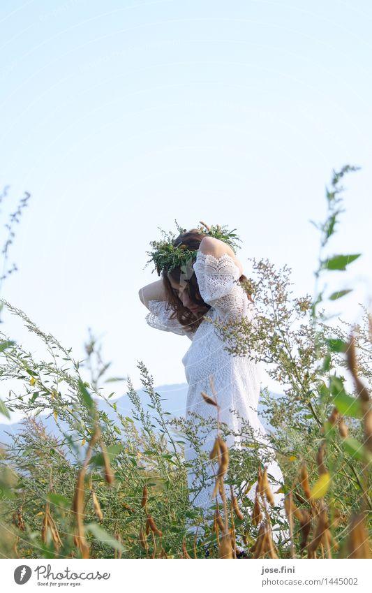 Tanzen mit den Pflanzen schön feminin Mädchen Junge Frau Jugendliche Natur Landschaft Wolkenloser Himmel Frühling Sommer Schönes Wetter Feld Kranz Locken