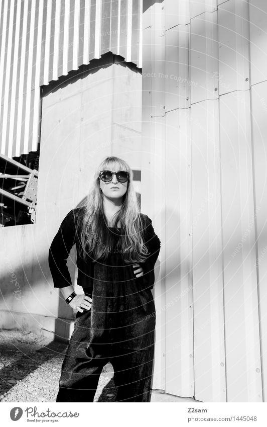 Biste Mode? Lifestyle elegant Stil schön Maschine feminin Junge Frau Jugendliche 18-30 Jahre Erwachsene Industrieanlage Fabrik Architektur Hosenanzug
