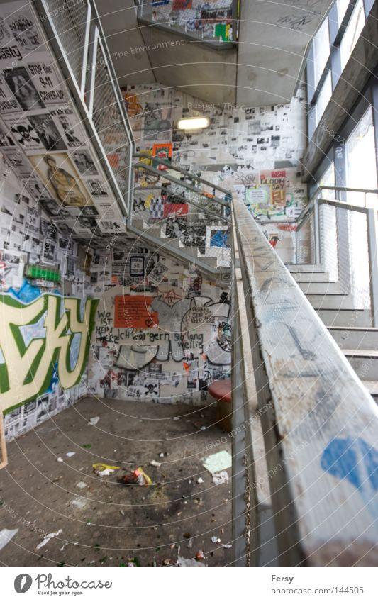 upstairs Berlin Graffiti Treppe verfallen aufwärts Treppenhaus Wandmalereien