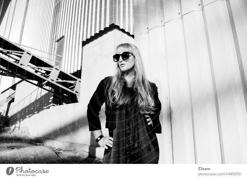 Biste Mode? Lifestyle elegant Stil schön feminin Junge Frau Jugendliche 30-45 Jahre Erwachsene Industrieanlage Fabrik Architektur Hosenanzug Sonnenbrille blond