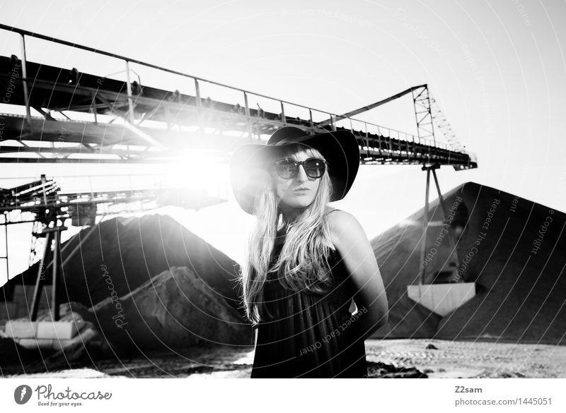 Biste Mode? Lifestyle elegant Stil schön Maschine feminin Junge Frau Jugendliche 30-45 Jahre Erwachsene Industrieanlage Fabrik Architektur Kleid Sonnenbrille