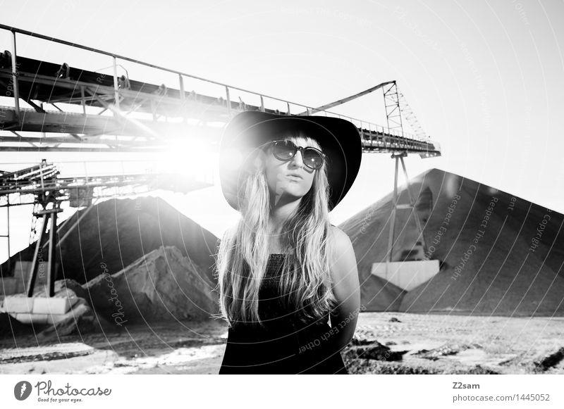 Diva Lifestyle elegant Stil feminin Junge Frau Jugendliche 18-30 Jahre Erwachsene Sonnenfinsternis Schönes Wetter Industrieanlage Mode Kleid Sonnenbrille blond