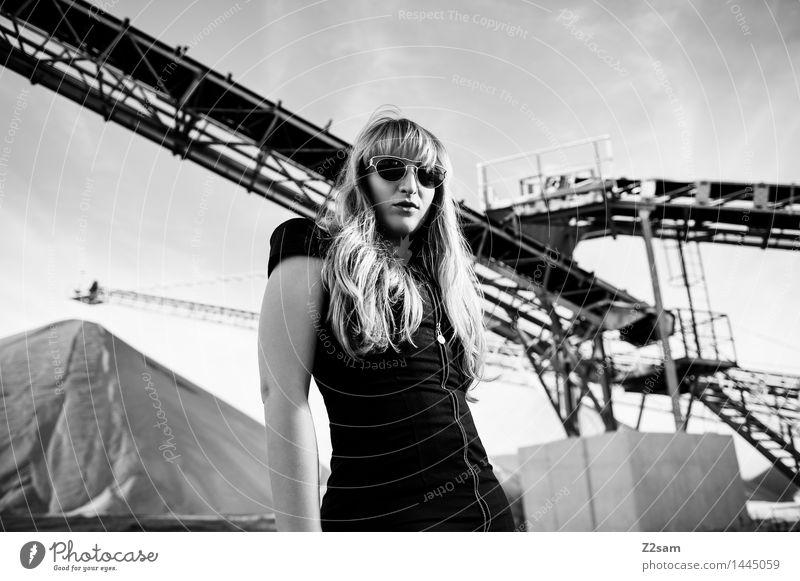 Biste Mode? Lifestyle elegant Stil schön feminin Junge Frau Jugendliche 18-30 Jahre Erwachsene Industrieanlage Fabrik Architektur Kleid Sonnenbrille blond
