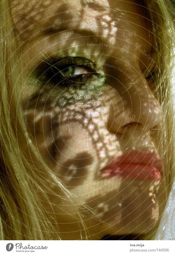sich hinter dem Schatten verstecken Gesicht Kosmetik Schminke Lippenstift Wimperntusche Frau Erwachsene Auge Nase 18-30 Jahre Jugendliche blond Puppe Gefühle