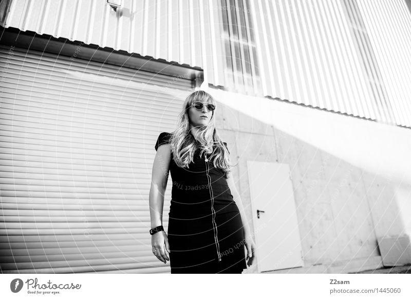 Biste Mode Jugendliche schön Junge Frau 18-30 Jahre dunkel Erwachsene Architektur Bewegung feminin Stil Lifestyle gehen elegant blond Coolness