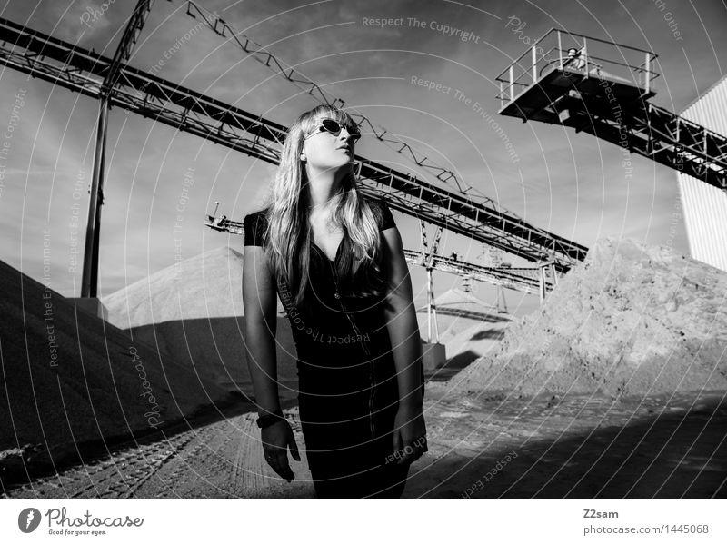 Biste Mode? Lifestyle elegant Stil Maschine feminin Junge Frau Jugendliche 18-30 Jahre Erwachsene Industrieanlage Fabrik Architektur Kleid Sonnenbrille blond