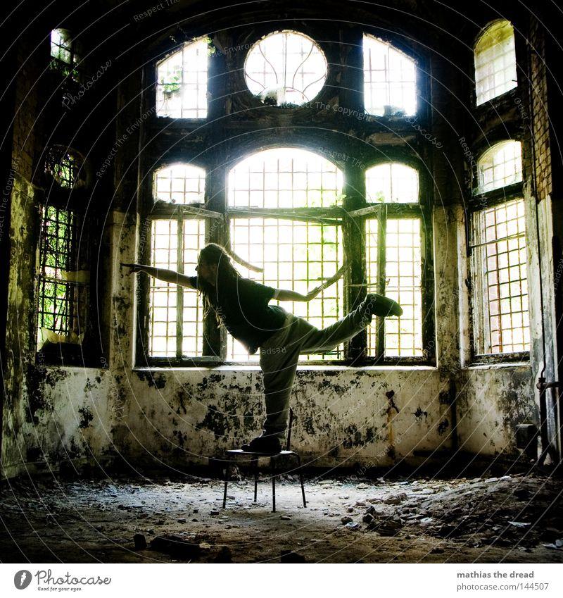 INNERE BALANCE stehen Beine Waage Spannung Körperspannung Kraft Muskulatur Zufriedenheit Yoga üben Stuhl lustig Raum dunkel bedrohlich Gitter Fenster gebrochen