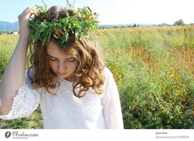 Wiesenkönigin Glück feminin Kind Mädchen Junge Frau Jugendliche Natur Landschaft Schönes Wetter Pflanze Feld Kranz Blumenkranz Locken Denken träumen frisch