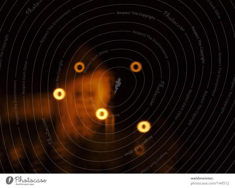 Kleinstadtlichter Haus gelb dunkel träumen orange historisch unklar Nachtaufnahme Spiegellinsenobjektiv (Effekt)