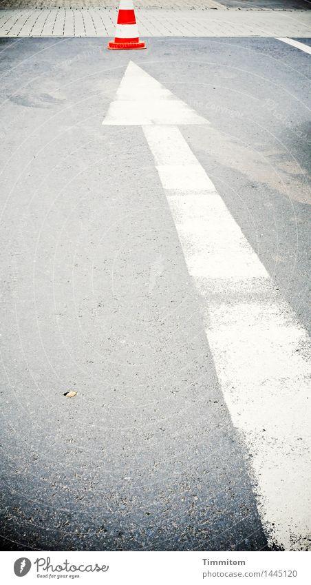Dort etwa! weiß rot Gefühle grau Linie Verkehr Schilder & Markierungen einfach Zeichen Asphalt Pfeil zeigen Pflastersteine Parkplatz Straßenverkehr Verkehrsleitkegel