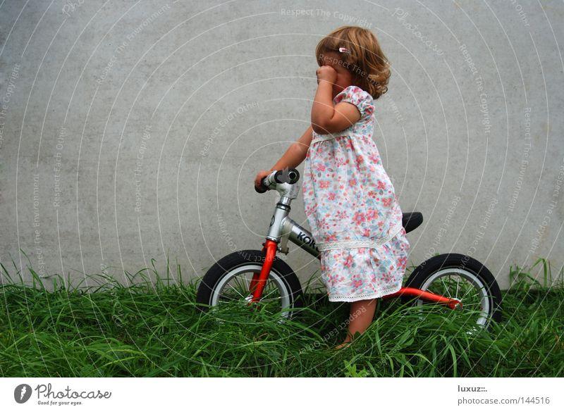 Rast Kind Traurigkeit Fahrrad Beton Ausflug Trauer gefährlich fahren Freizeit & Hobby Medien Müdigkeit Mobilität Kleinkind ökologisch Erschöpfung Mitgefühl