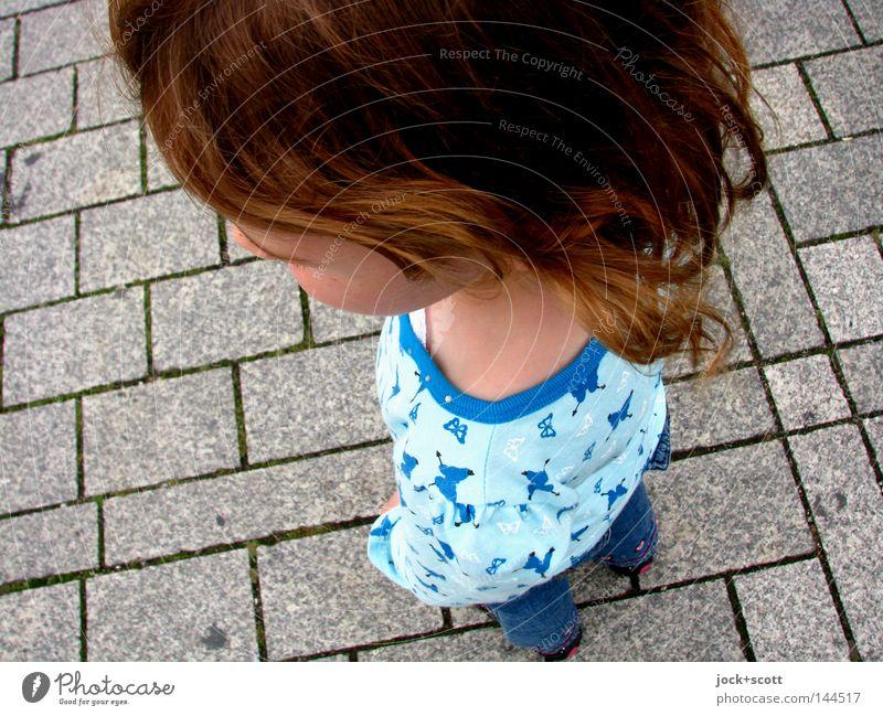 oberer Durchschnitt Mensch Kind Mädchen Spielen Kopf Haare & Frisuren Kopf klein Stein Kraft Arme Ordnung hoch Platz groß Kraft