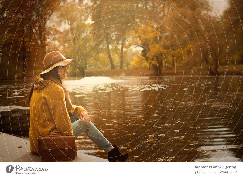 Im November am See Mensch Natur Jugendliche Wasser 18-30 Jahre Erwachsene gelb Wärme Herbst feminin Stil Mode braun Stimmung Park Zufriedenheit