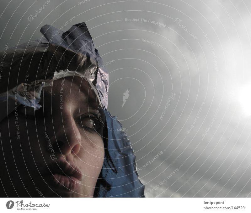Regenschutz Tüte nass dunkel Unsinn Freude Wolken Wetter Meteorologie Unwetter Regenschirm Schutz Kopf Haare & Frisuren Auge Gesicht Frau Kussmund Küssen Mund